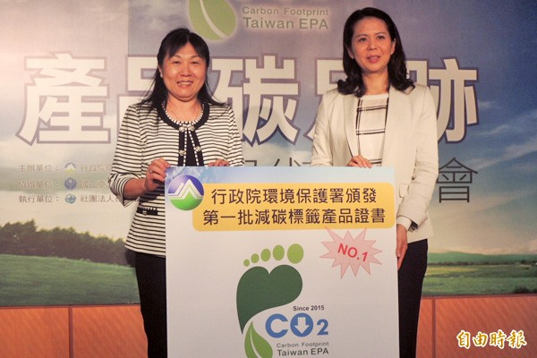 高雄的石安牧場是全台第一家獲得環保署授證減碳標籤認證的廠商。(記者湯佳玲攝)