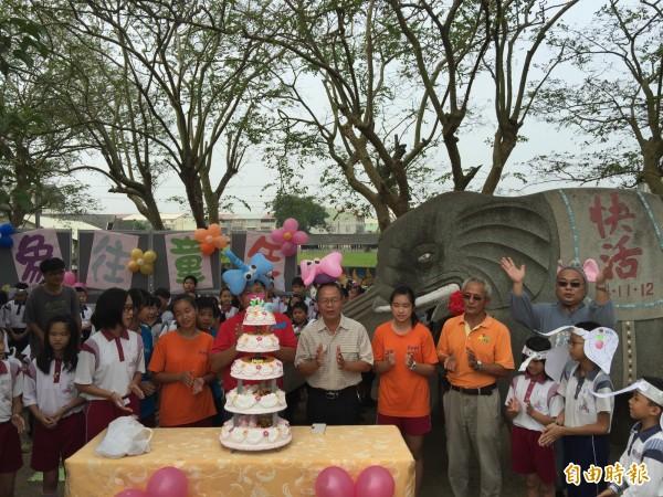 大埤國小全校師生為校園內大象溜滑梯慶祝50歲生日。(記者黃淑莉攝)