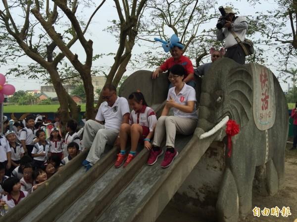 大埤國小老師及學生一起溜滑梯。(記者黃淑莉攝)