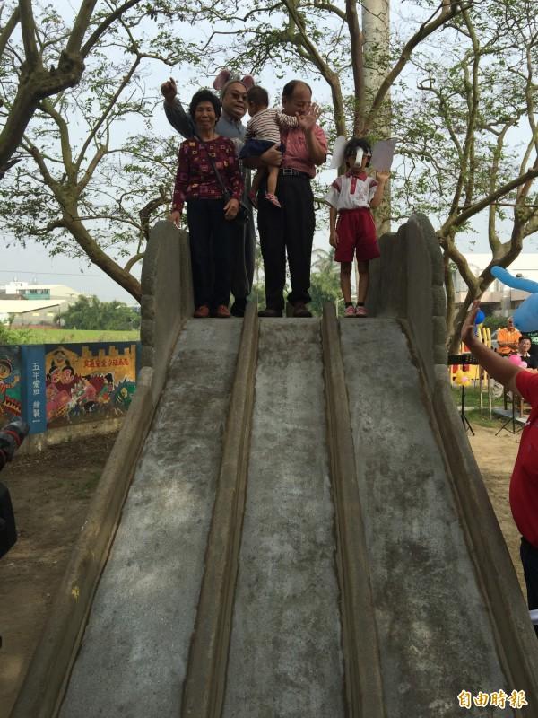 祖孫三代一起溜大象溜滑梯。(記者黃淑莉攝)