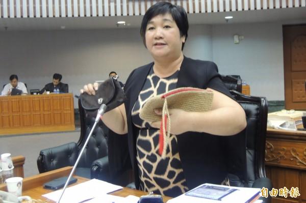 議員高美珠右手拿名牌包、左手是部落手工包,她說手工包比名牌包還漂亮!(記者張存薇攝)