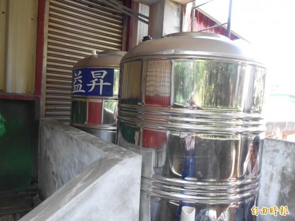 貢寮區公所設置6噸重的雨撲滿收集雨水。(記者林欣漢攝)