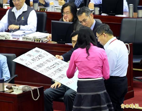 台北市長柯文哲(右)13日出席市政總質詢,簽署反對廢除刑法227條承諾書。 (記者方賓照攝)