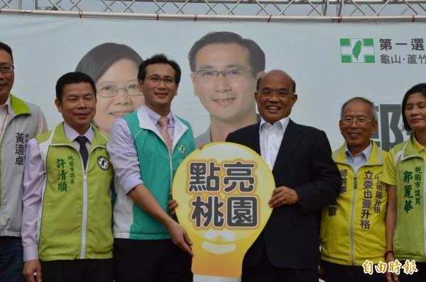 蘇貞昌贈送「點亮台灣」標誌給鄭運鵬,希望他進入國會,帶動改革。(記者謝武雄攝)