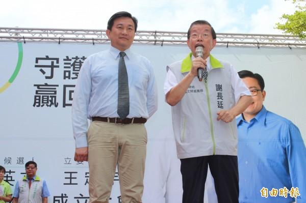 民進黨立委候選人王定宇(左)的歸仁總部成立,謝長廷特地站台助陣。(記者林孟婷攝)