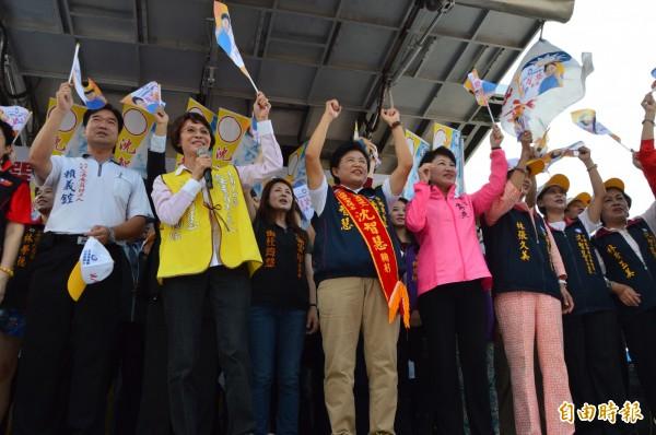 國民黨立委盧秀燕(右四)打中國威脅牌,希望國人看看法國,如果要和平,就要選擇國民黨。(記者張瑞楨攝)