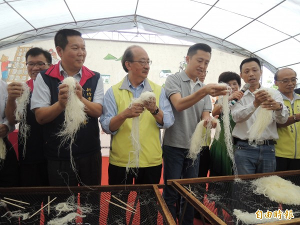 新竹米粉節登場,現場由官員民代體驗披米粉的絕活,這也是新竹米粉好吃的重要步驟。(記者洪美秀攝)