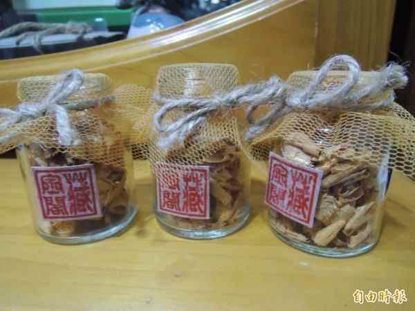 台南藏金閣檜木小香瓶,天然芬多精,首波推出搶購一空。(記者洪瑞琴攝)