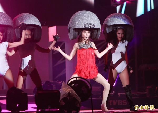 藝人謝金燕曾在2013年底北市府的跨年演場會上,戴上超大的安全帽造型唱跳,讓許多歌迷都留下深刻印象。(資料照,記者王文麟攝)