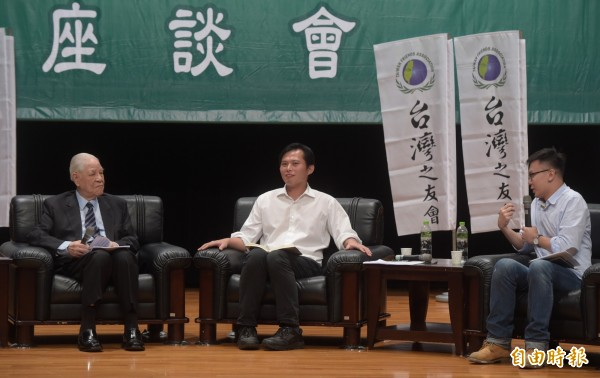 前總統李登輝(左)14日與時代力量黨主席黃國昌(中)及學運領袖林飛帆(右)進行座談。(記者王敏為攝)