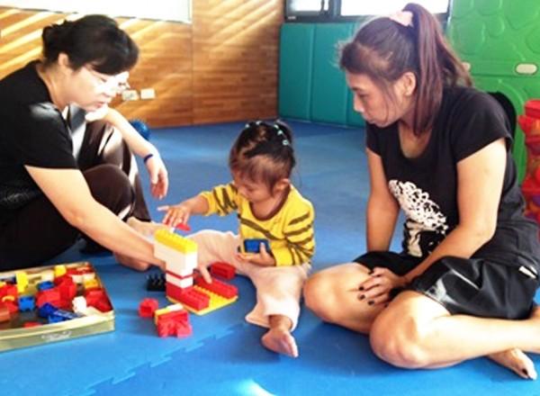 發展遲緩的小婷,透過心路基金會的早期療育服務,有助於將來進行與一般小孩的融合學習。(心路基金會提供)