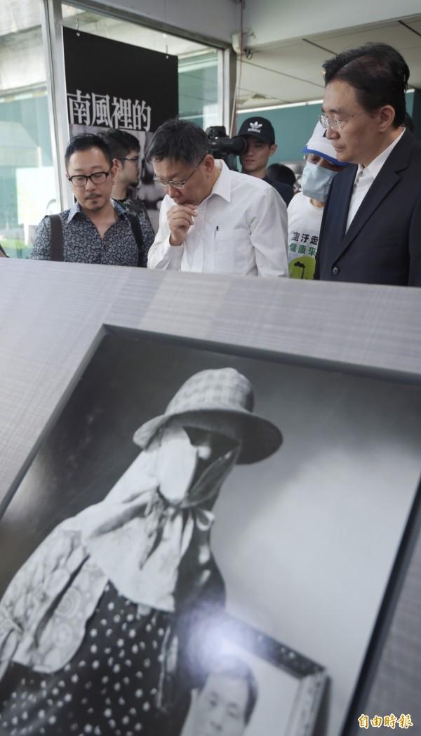 台北市長柯文哲(中)15日參觀南風攝影展,並在作者鐘聖雄(左)導覽下,一一觀賞照片。(記者王敏為攝)
