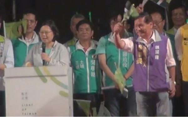到場同台的也包括民進黨與第三勢力整合後,同樣在新北選區參選立委的李幸長。(圖擷自直播畫面)