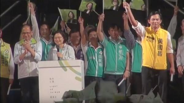 到場同台的也包括民進黨與第三勢力整合後,同樣在新北選區參選立委的時代力量黃國昌。(圖擷自直播畫面)
