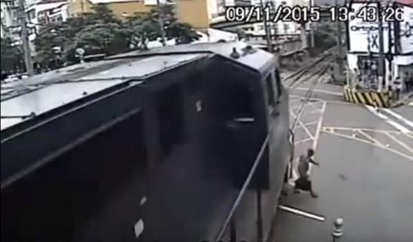 巴西日前也有一名男子闖入平交道,在千鈞一髮之際,逃過死劫,驚險過程全被監視器錄下。(圖擷取自youtube)