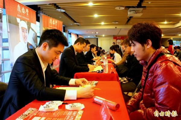 台北市就業服務處11/17-20舉辦小型徵才,分別於景美、頂好、承德等就服站展開,其中鼎泰豐餐飲服務專員薪資可達43K。(資料照,記者郭逸攝)