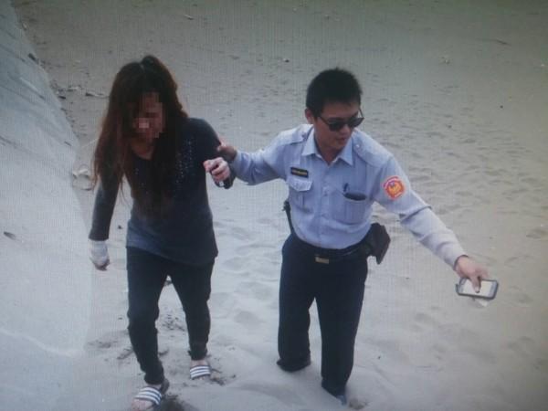 施姓女子(左)想跳海尋短,第二度被警員楊銘德(右)救回。(記者周敏鴻翻攝)