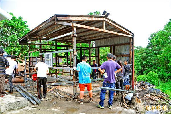 邱家被燒毀的鐵皮屋只剩骨架,還好有熱心「鄉民」幫忙,贊助建材、人工,把鐵皮屋重新蓋回去。(記者花孟璟攝)