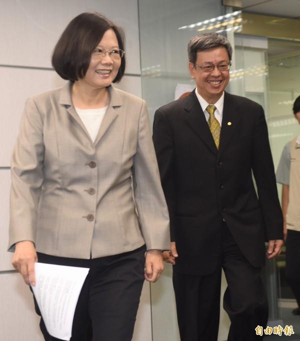 陳建仁(右)表示尚沒有考慮入民進黨籍的相關問題。(記者簡榮豐攝)