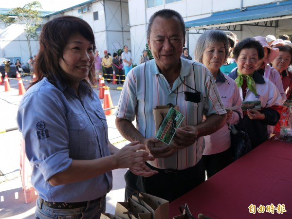 住在花蓮市的這位阿公搶到「頭香」,第一個拿到貫通石很高興「希望快點抱孫」!(記者花孟璟攝)
