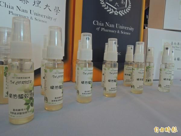 運用貓薄荷、尤加利等精油製作的驅蚊液,可直接使用於皮膚。(記者林孟婷攝)