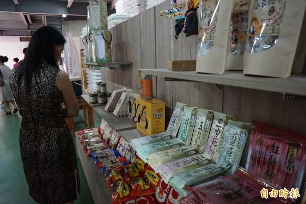 台灣好麵文化美食館開幕,館中陳列許多麵食及小麥產品。(記者歐素美攝)