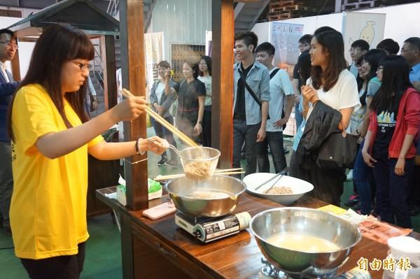 台灣好麵文化美食館開幕,工作人員當場料理各式麵條供民眾免費品嚐。(記者歐素美攝)