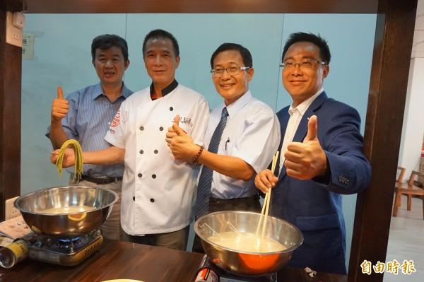 台灣好麵文化美食館開幕,大雅區長李順彬(左二)等也來體驗自己煮麵。(記者歐素美攝)