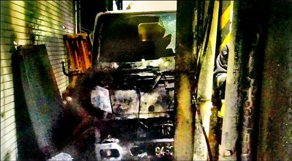 新北汐止區一處家具行外遭縱火,造成附近的小貨車近全毀。(記者吳昇儒翻攝)