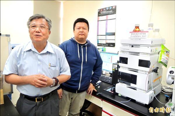 李俊璋教授與博士候選人張偉翔(左、右)一同發表研究成果,證實塑化劑暴露對男性不孕症造成影響。(記者劉婉君攝)