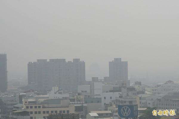 中部地區空氣品質惡化,空污禁車令最快將於明年上路。(資料照,記者蔡淑媛攝)
