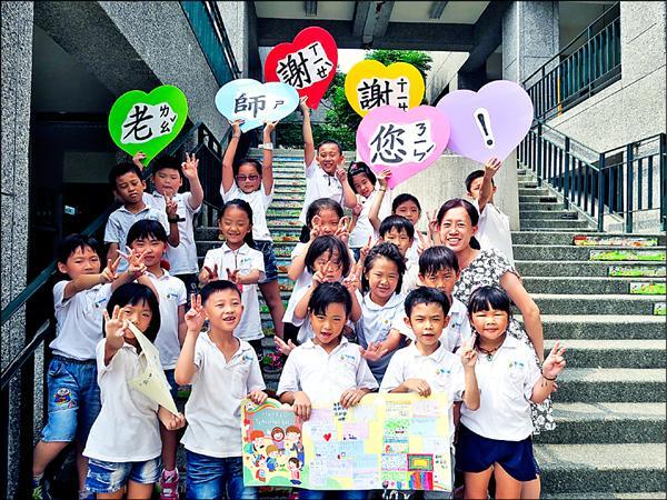 秀林國小二年級導師鮮宜庭成了全班小朋友的「乾媽」。(鮮宜庭提供)