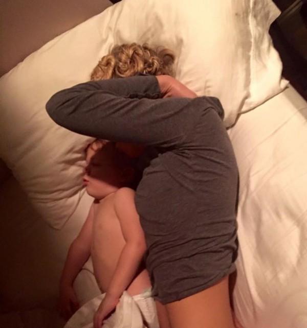 鮑比拍下妻子與兒子睡覺的畫面,並寫下一段感人的文字替愛妻加油打氣,連日來感動了70萬名網友按讚。(圖擷取自Bobby Wesson臉書)