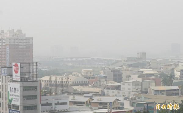 今年11月13日是台中市空污最嚴重的一天,天空灰一片。(資料照,記者蔡淑媛攝)