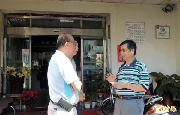 南投縣醫師吳坤鴻(右)對員工採人性化管理,但卻面臨違反勞基法被罰,連病友也為他抱屈。(記者謝介裕攝)