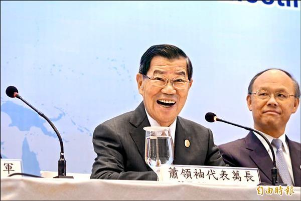 APEC領袖高峰會今登場,我方代表前副總統蕭萬長(左)昨召開國際記者會﹔右為經濟部長鄧振中。(特派記者陳伃軒攝)