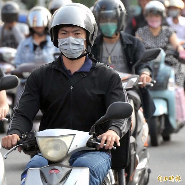 環保署打算以空污為名限制使用運輸工具。(記者黃志源攝)