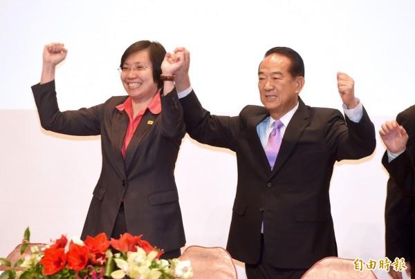 親民黨總統參選人宋楚瑜今早召開記者會,公布副手人選,副手是民國黨主席徐欣瑩。(記者羅沛德攝)