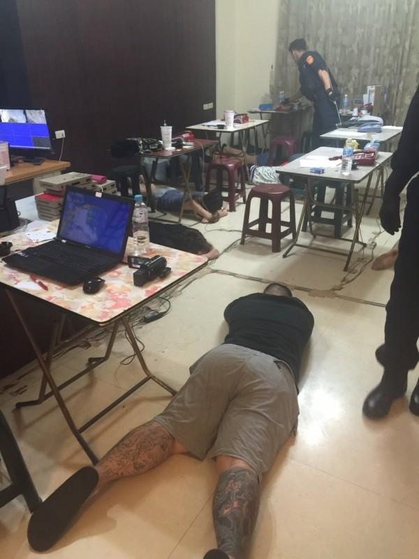 刑事局偵七大隊破假公安詐騙機房,逮獲12嫌,意外發現中國有個資大漏洞。(記者黃良傑翻攝)