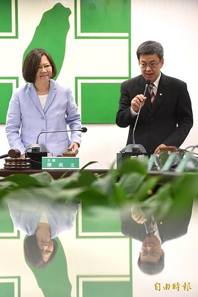 民進黨總統參選人蔡英文(左一)18日主持中常會,並在常會中向常委介紹副手陳建仁(左二),受到熱烈歡迎。(記者劉信德攝)