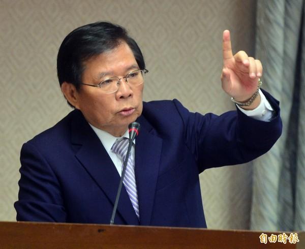 行政院秘書長簡太郎與立委陳其邁在立法院內政委員會中針鋒相對。(記者王藝菘攝)