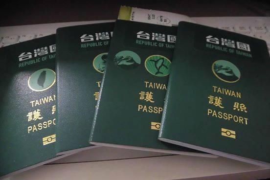 台灣國護照貼紙推出後頗獲好評,外交部近日修護照規定,不得擅自在護照上增刪塗改或加蓋圖戳等惹議。(圖擷取自台灣國護照貼紙臉書專頁)