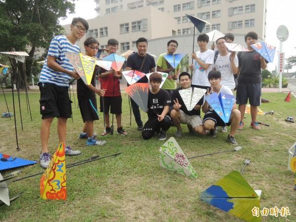 虎科大駐校藝術家鄭元東(左四)帶領學生在校園內創作裝置藝術。(記者廖淑玲攝)
