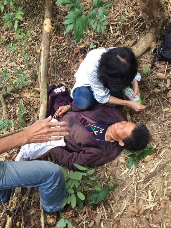 77歲阿嬤黃方金珠失蹤7天後,今天被發現躺在花壇鄉山區陡峭斜坡上,奇蹟生還。(記者湯世名翻攝)