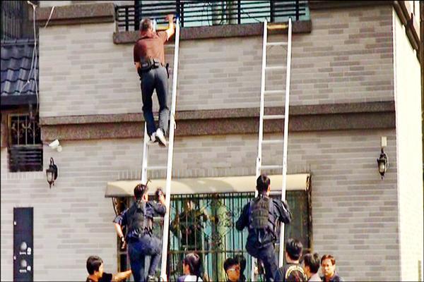 詐騙集團把機房藏於租住的台南豪宅,警方架梯攻堅。(記者黃良傑翻攝)