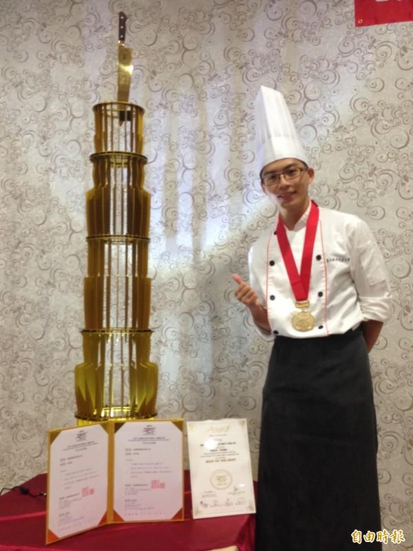 用100刀打造的高聳獎座!城市科大大一學生吳宇強奪下「亞洲刀王」殊榮。(記者林曉雲攝)