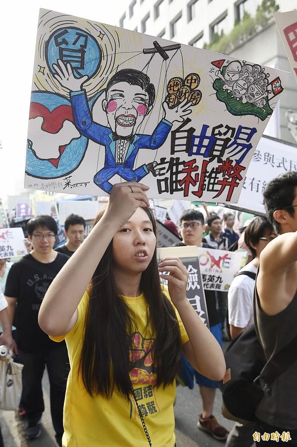 明日起將在台灣舉辦連續3天的貨貿談判,被自由台灣黨抨擊為「挑釁人民的行徑」。圖為11月7日的「停止貨貿談判 抗議馬習會」遊行活動。(資料照,記者陳志曲攝)
