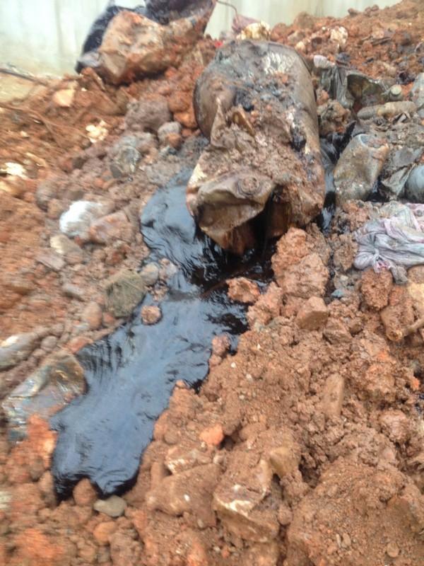 檢警在桃園市蘆竹區一處空地,查獲324桶銅污泥、事業廢棄物。(記者鄭淑婷翻攝)