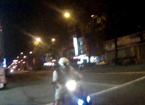 林男酒後騎車,因不勝酒力在停等紅燈時竟不敵睡意睡著了。(記者許國楨翻攝)