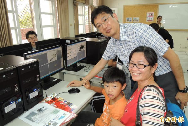 日本知名動畫公司的動畫師鎌田優(後)指導小朋友和家長體驗製作3D動畫。(記者楊金城攝)
